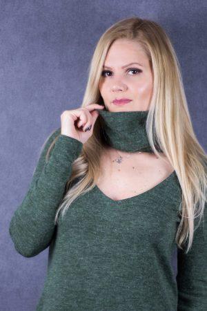 Атрактивен пуловер с поло